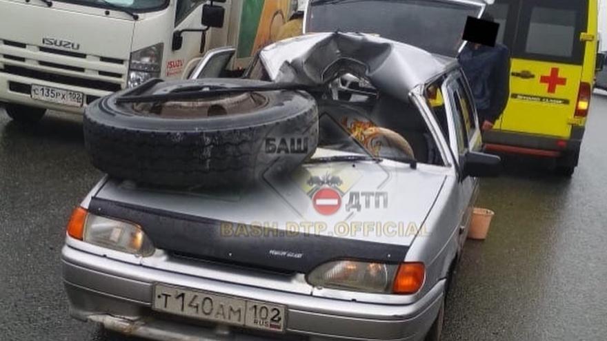В Уфе колесо оторвалось от грузовика и прилетело в лобовое стекло легковушки
