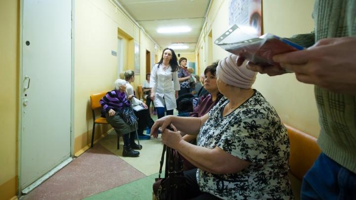 «Очереди огромные, телефон молчит»: пациентов челябинской поликлиники оставили без талонов к врачам
