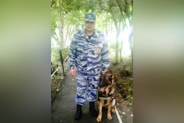 Пропавших обнаружил кинолог, прапорщик полиции Андрей Балуев