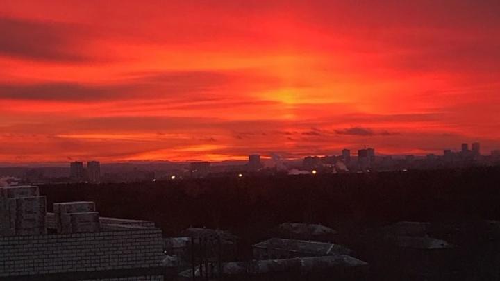 Завораживающая красота: екатеринбуржцы засняли потрясающий огненный закат