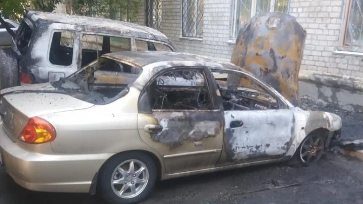 В Волгограде утром сгорели две иномарки