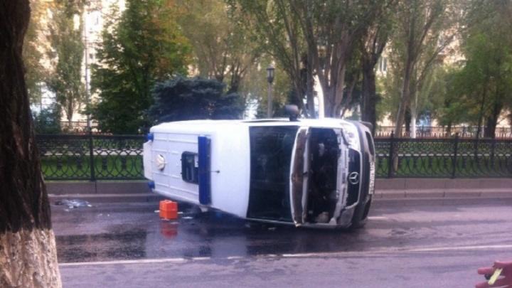 В центре Волгограда скорая врезалась в такси и перевернулась: пострадала беременная женщина