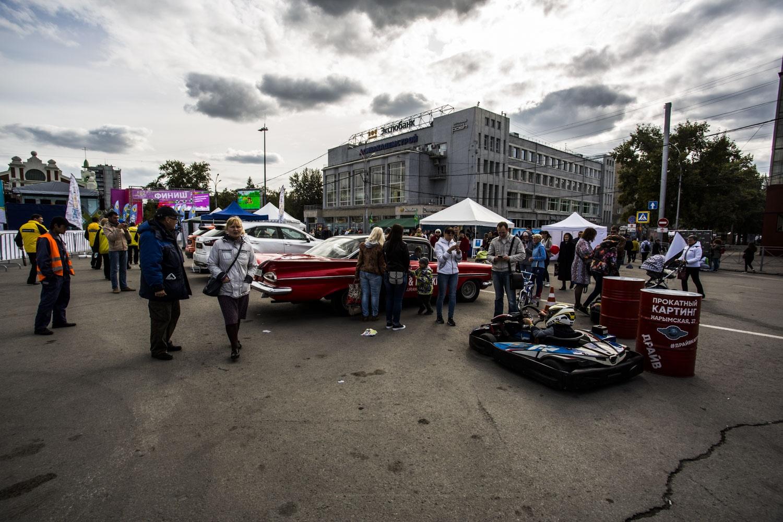 Горожан развлекают музыкой и выставкой машин