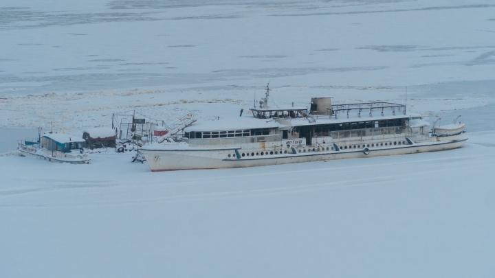 В Перми дебаркадер и теплоход застряли во льду перед Коммунальным мостом