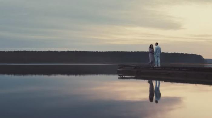 Клип рассказывает драматичную историю дружбы и любви