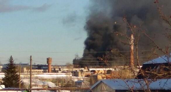 Под Екатеринбургом загорелся изоляционный завод