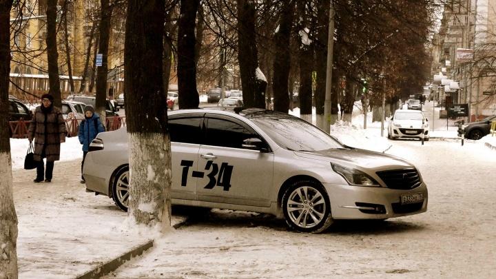 В Ярославле автохам с наклейкой Т-34 самым наглым образом припарковался на тротуаре