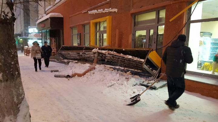 «Свалилась от снега»: в центре Новосибирска рухнула вывеска магазина