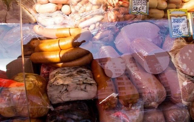 В Кургане горожанин у кинотеатра развернул торговлю сомнительными продуктами