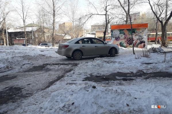 Водителя совершенно не смутило, что он встал прямо на пешеходной тропинке