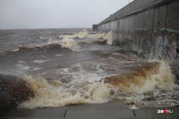 В Архангельске поднялся уровень воды и бушует шторм