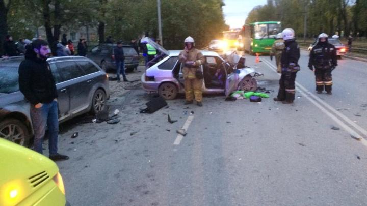 «Я оттормаживался, а он летел»: водитель — о столкновении трех автомобилей на Титова