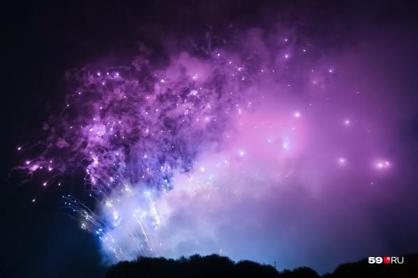 Огни фейерверка озарили ночное небо