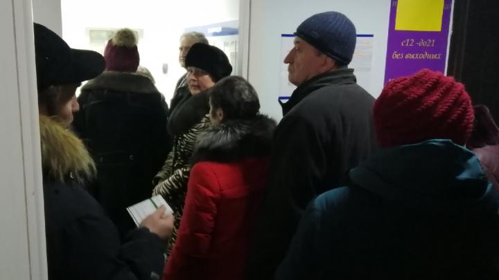 «По 80 человек стоят». В Перми в точках продаж транспортных карт выстроились очереди