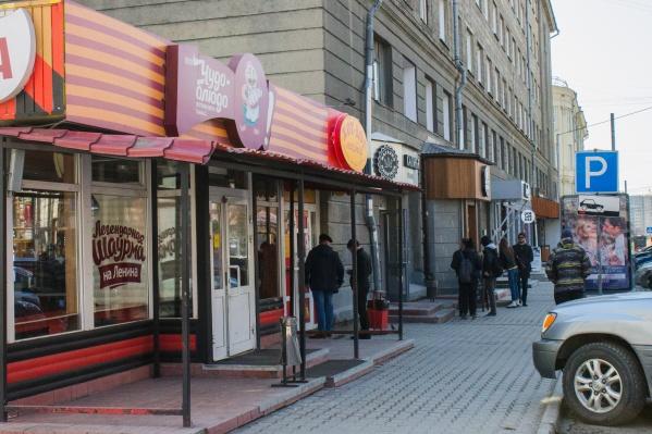 Ранее рядом с бистро шаурмы работал магазин подарков «Красный куб» — и его снесли. Поэтому владельцы точки быстрого питания испугались, что арендодатель снесёт и их павильон