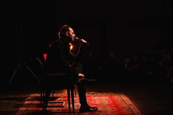 У микрофона — Теодор Курентзис