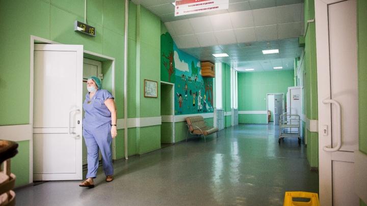 Переломы и шок: врачи рассказали о состоянии выпавших из окна детей
