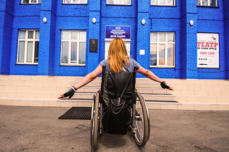 Администрация театра придумала, как людям на инвалидном кресле попасть в зрительный зал из холла, но о том, как зайти в само здание,— не позаботилась