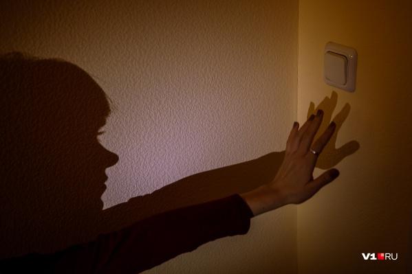 Электрики отключили свет из-за неоплаченных счетов
