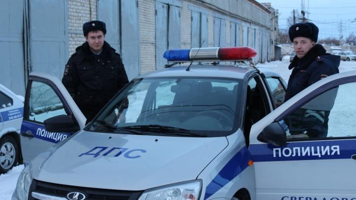 Свердловские полицейские спасли на трассе женщин с ребёнком, у которых закончился бензин и сели телефоны