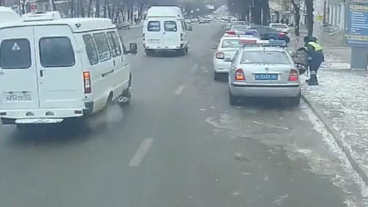 В Уфе полицейские помогли упавшему пенсионеру: добрый поступок попал на видео