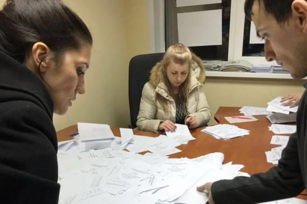Активисты устроили голосование у входа в школы с избирательными участками —внутрь их не пустили и пытались выгнать с территории