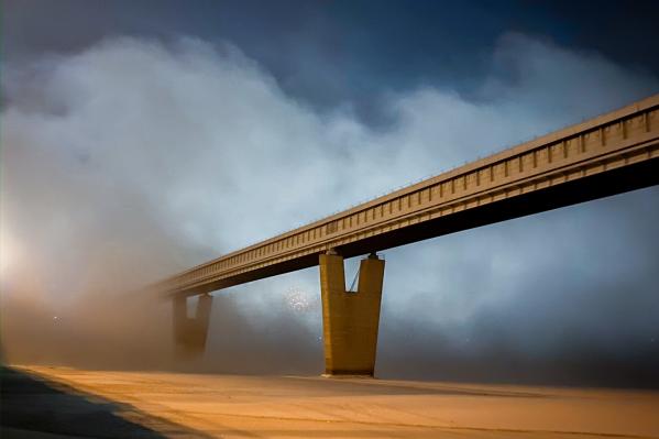 Так выглядел метромост в тумане вчера вечером, 21 января, вид с левого берега