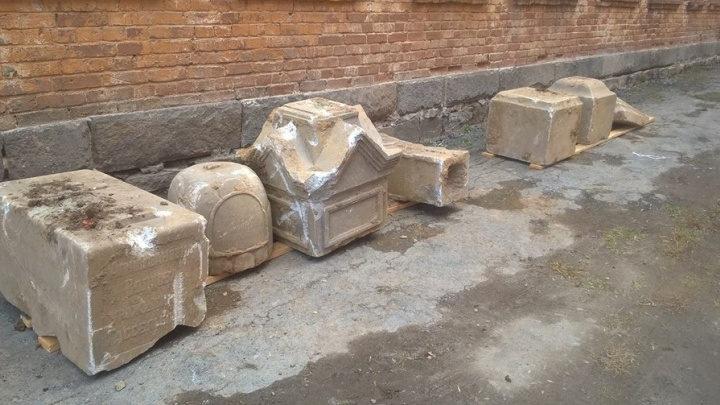 Найденные в Екатеринбурге старинные надгробия увезли со стройки на Блюхера