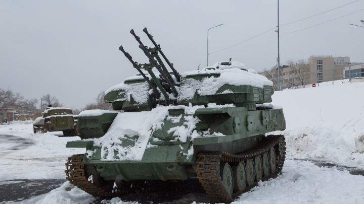 В Волгограде «Шилка», танк Т-80 и бронетранспортёр пополнили военный парк у «Гасителя»