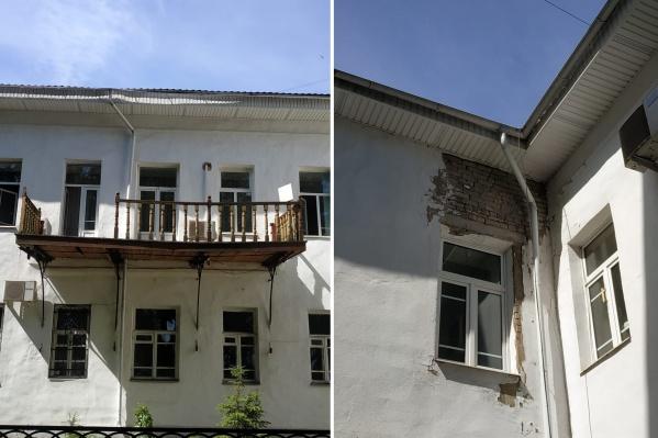 Жители исторического дома на набережной сокрушаются, что до их памятника культурного наследия никому нет дела