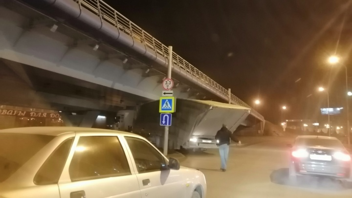 В Омске фура застряла под метромостом