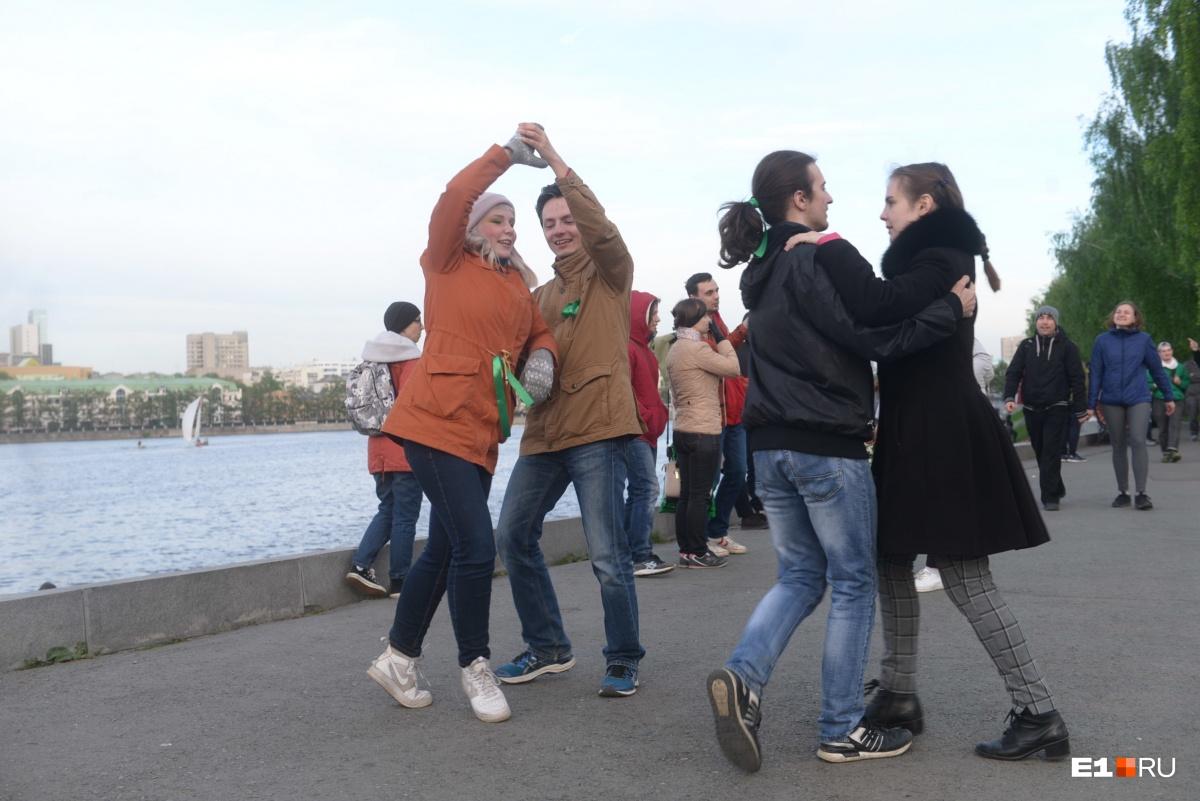 Жители Екатеринбурга не только пели, но и танцевали во время акций протеста, создавая атмосферу городского праздника