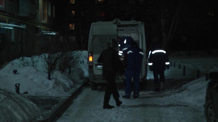 Пострадали 2 автомобиля: на Юго-Западе мужчина выбрасывал мебель с 5-го этажа, его увезли на скорой