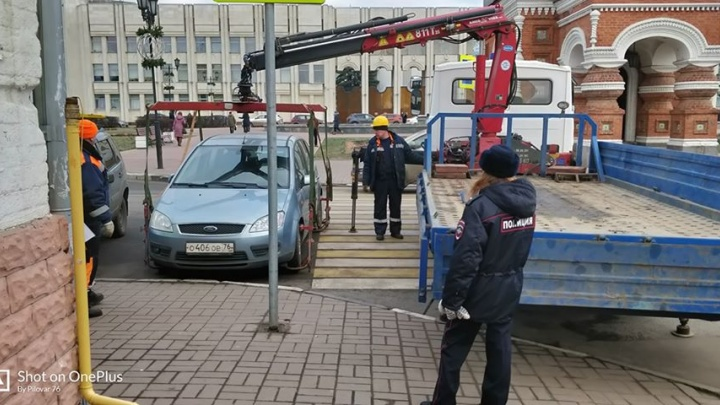 В Ярославле массово эвакуируют машины парковщиков-нарушителей. Прохожие этому рады