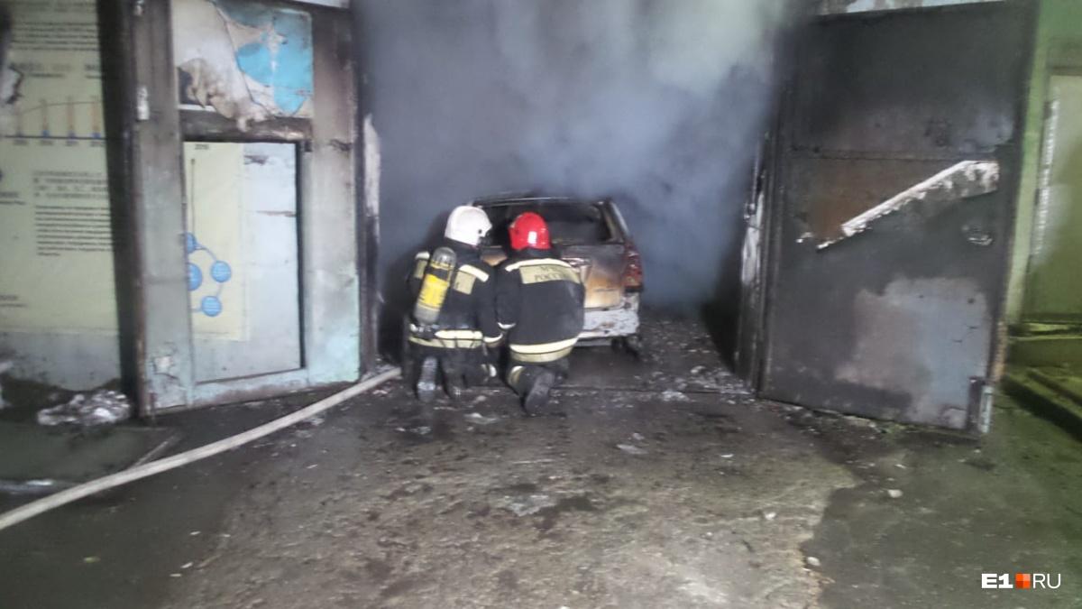 В гараже горят машины