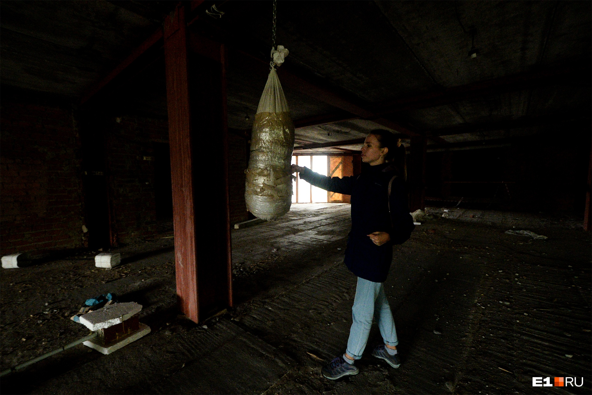 Кто-то повесил на первом этаже самодельную боксерскую грушу. Наверное, охранники. И мы радуемся, что не встретили их