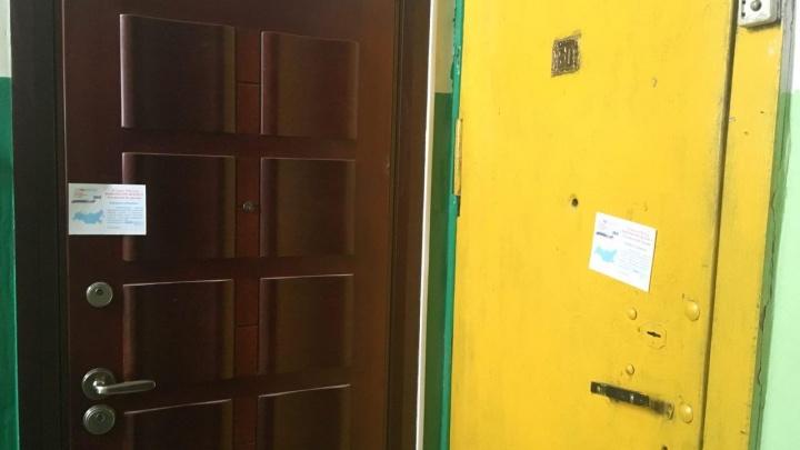 Двери квартир в многоэтажке заклеили приглашениями на выборы президента