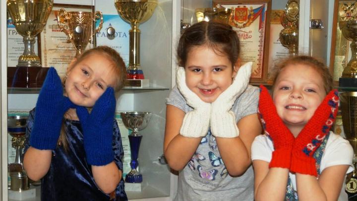 В детсадах Красноярска связали шапки и варежки, чтобы раздать гостям Универсиады