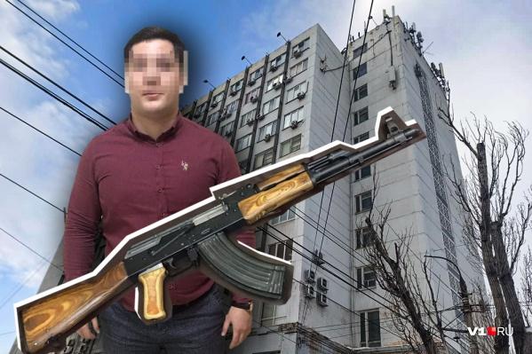 Вечером 12 февраля Мамедов открыл окно на 10 этаже и выпустил в воздух очередь из автомата