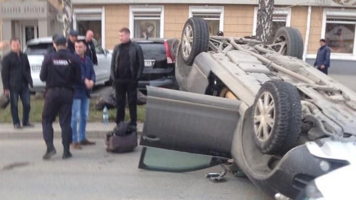 На Куйбышева на крышу перевернулся Volkswagen Touareg