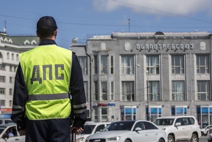 На пл. Ленина и пл. Маркса сотрудники ГИБДД и судебныеприставы информируют водителей об имеющихся задолженностях
