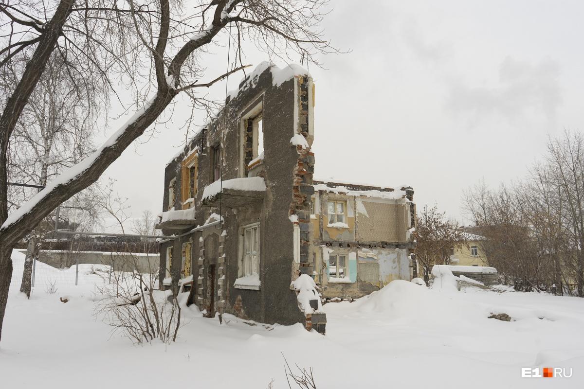 Соседний, точно такой же дом снесли недавно