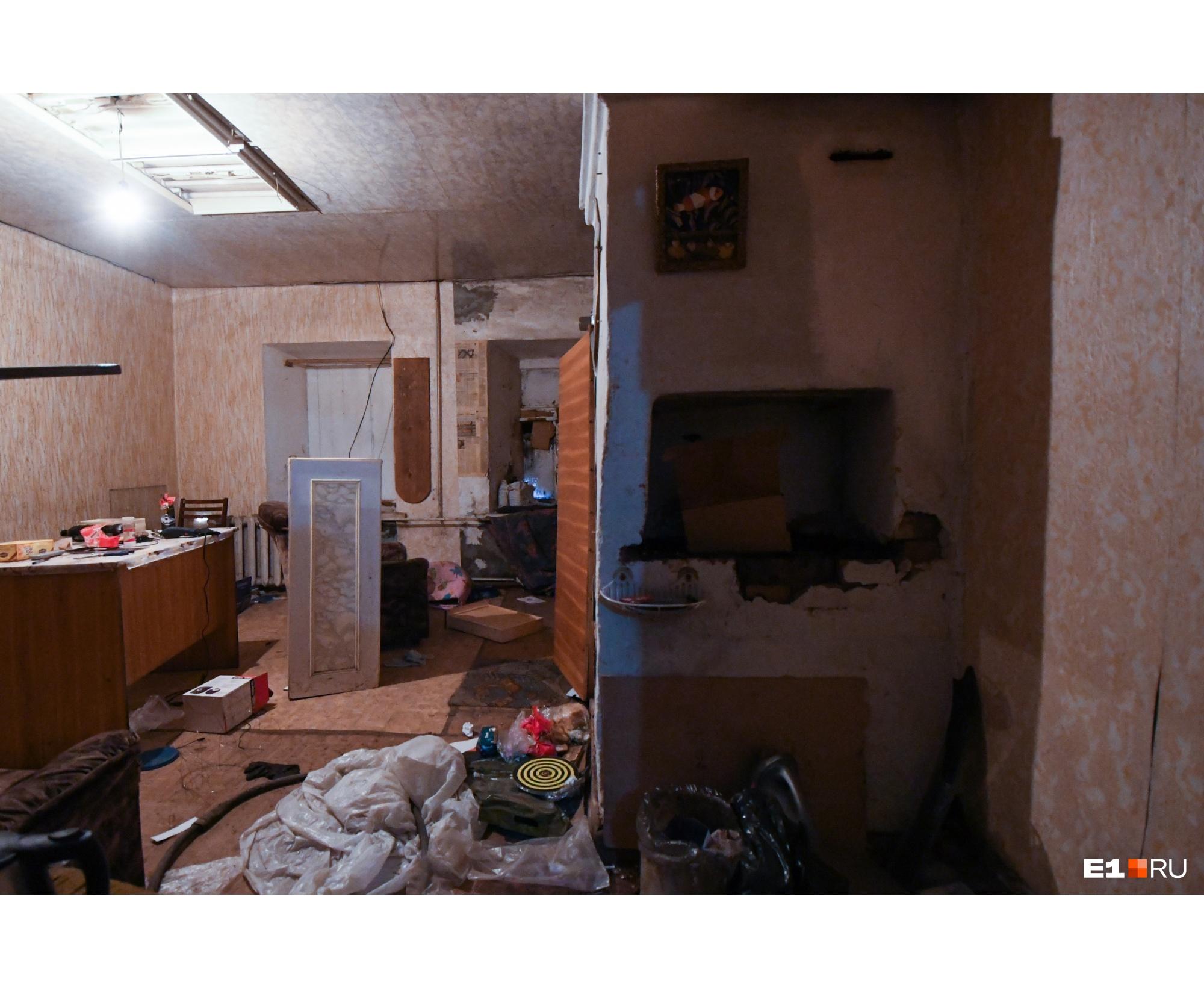 Во всех комнатах валяются остатки мебели и мусор