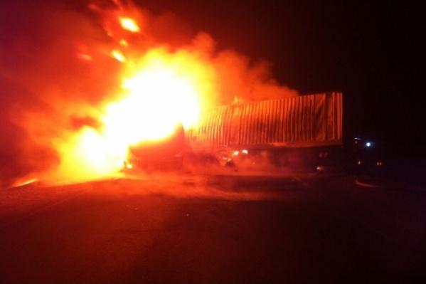 Пламя охватило кабину грузовика в считанные секунды