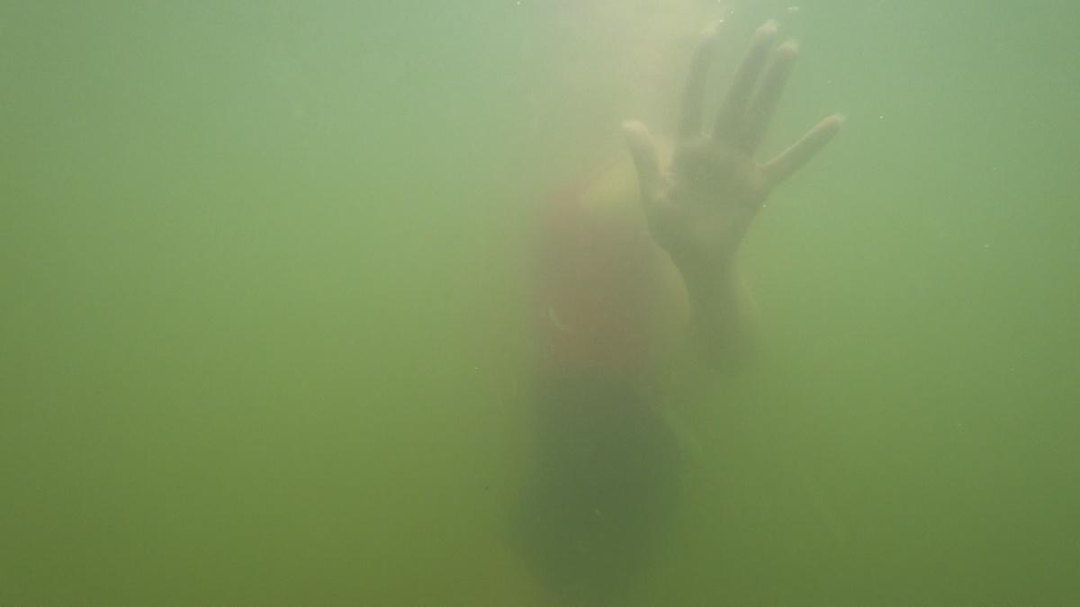 В качестве эксперимента я (автор статьи) попробовала себя в роли утопающего. К слову, плавать я действительно не умею, поэтому было не сложно, хоть и очень страшно