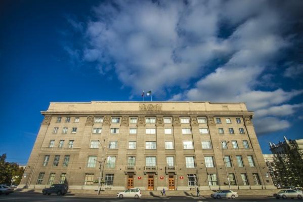 Алексей Джулай опять оказался самым состоятельным депутатом новосибирского городского совета. На фото — здание мэрии и совета депутатов Новосибирска