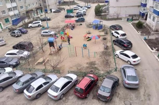 «Только в нашем подъезде живет 11 детей»: в Урюпинске ломают детскую площадку ради парковки машин