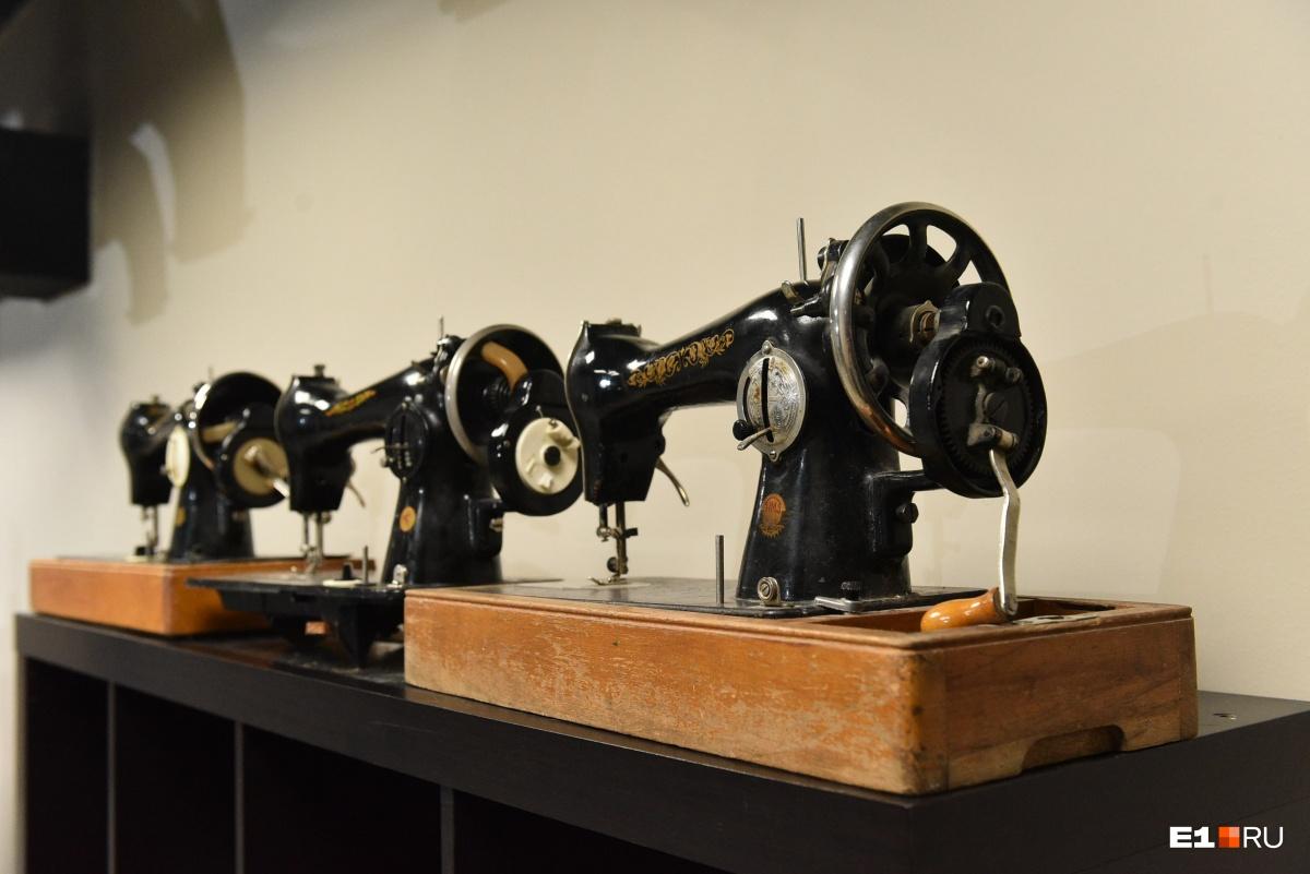 Швейные машинки Singer, шляпки и сумочки: рассматриваем экспонаты екатеринбургского Музея платья