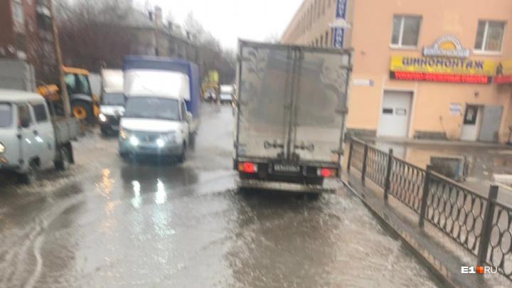 Завтра вместо улицы будет каток: на Армавирской прорвало трубу с холодной водой