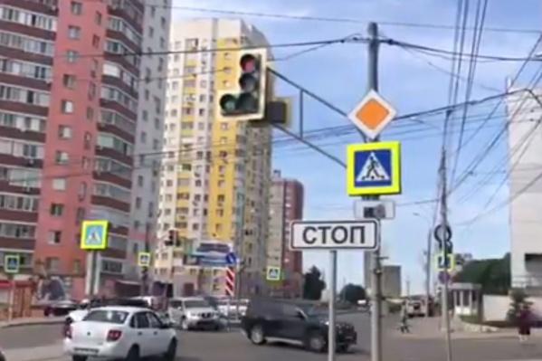 """Чиновники обещают, что скоро на этом перекрестке <a href=""""https://63.ru/text/transport/66114868"""" target=""""_blank"""" class=""""_"""">появятся и ограждения</a>"""